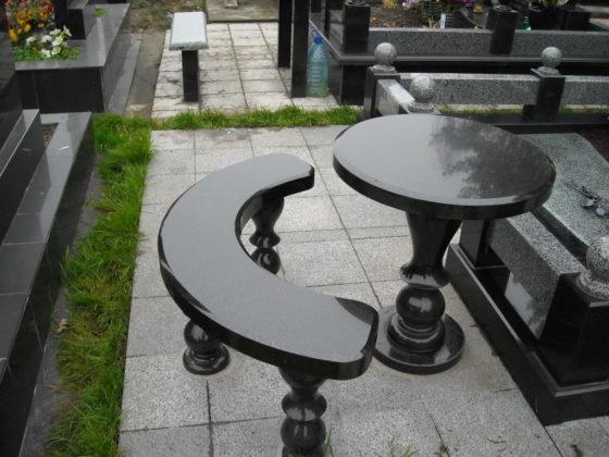 Столик на кладбище